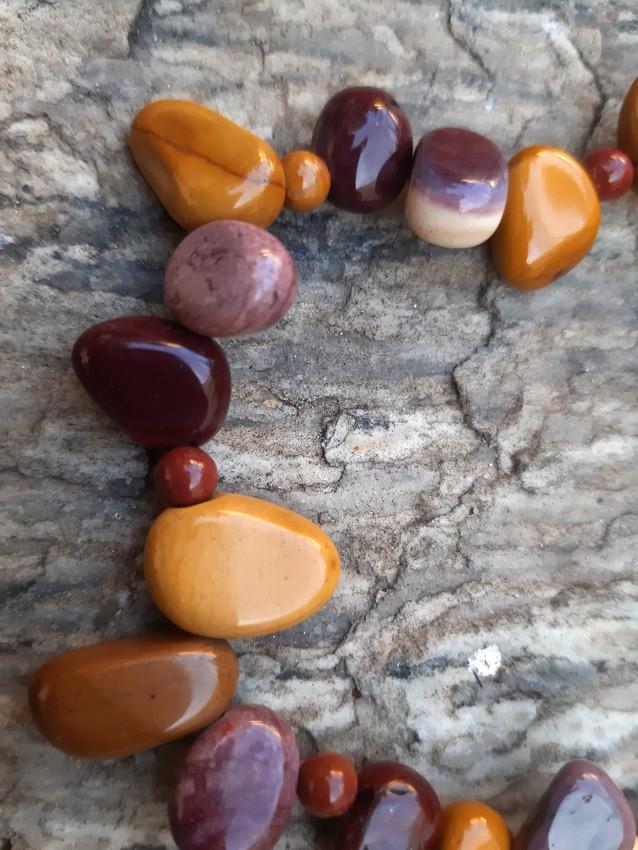 Pulseira  Pedra Natural Jaspe Australiano Mookaite com Pingente Mandala em Ouro Velho