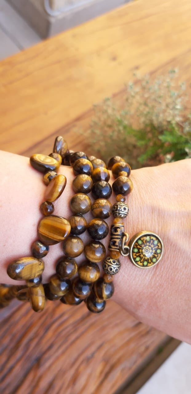 Pulseira Pedra Natural Olho de Tigre  com Adorno Mandala em Ouro Velho