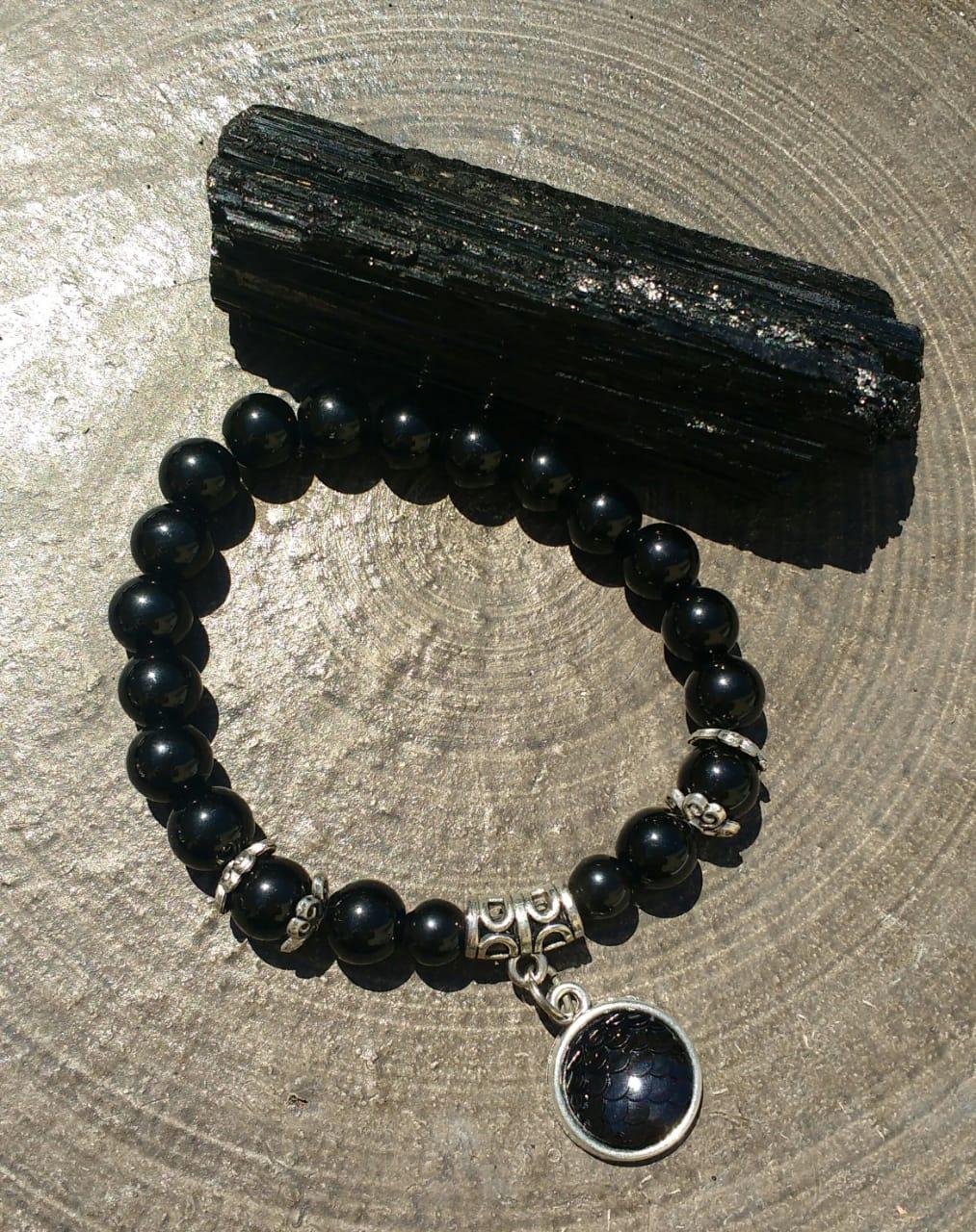 Pulseira  Pedra Natural  Turmalina Negra com Pingente Escama Prateado