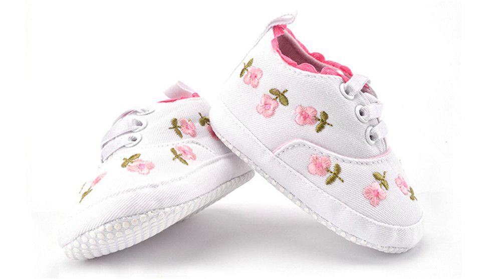 Tenis bordado Floral Branco