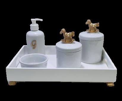 Kit Higiene Porcelana Carrinho Dourado  Bandeja com Inicial Decoração Quarto De Bebê Infantil