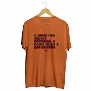 Camiseta - O AMOR NÃO SUPERA BARREIRAS. O NOME DISSO É GOL DE FALTA. Masculino