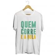 Camiseta - QUEM CORRE É A BOLA. Masculino