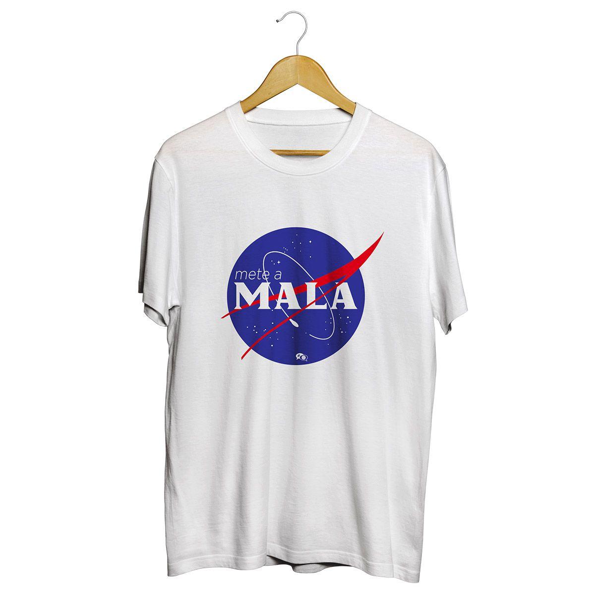 Camiseta - METE A MALA. Branca. Masculino