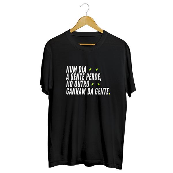 Camiseta - NUM DIA A GENTE PERDE, NO OUTRO GANHAM DA GENTE. Masculino