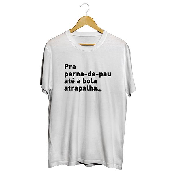 Camiseta - PRA PERNA DE PAU ATÉ A BOLA ATRAPALHA. Masculino