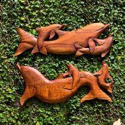Escultura Pingente Cardume de Golfinhos em Madeira Suar
