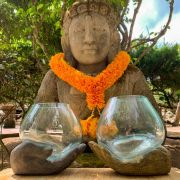 Incensário Mão de Buda (em Cimento Cinza ou Pátina) com Vaso Moldado em Vidro