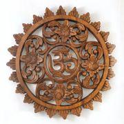 Mandala OM com Detalhes Florais esculpida em Madeira Suar ( 30cm )