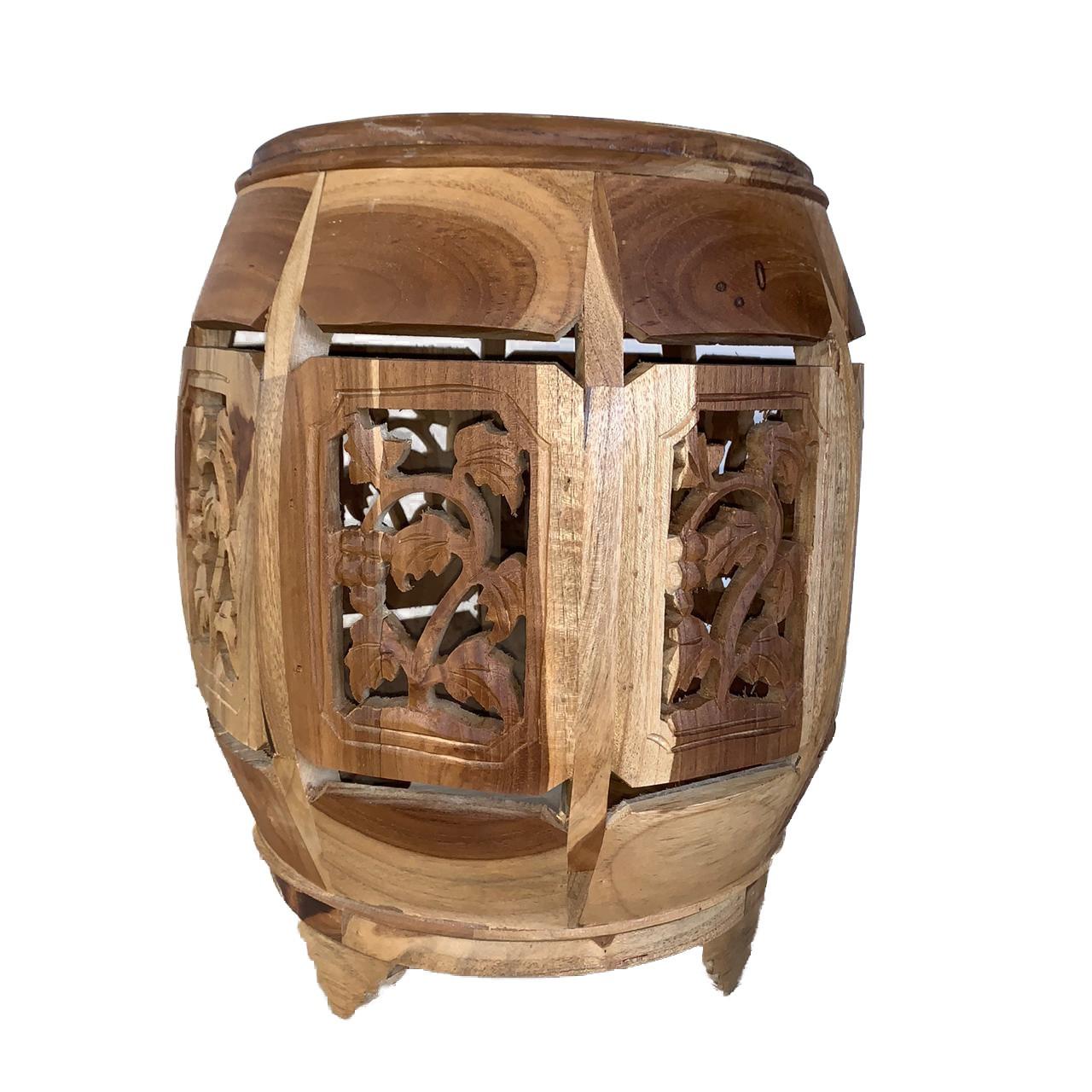 Banqueta em Madeira Teca com Escultura de Parreiras ( vinhedo ) (30x30x45cm)