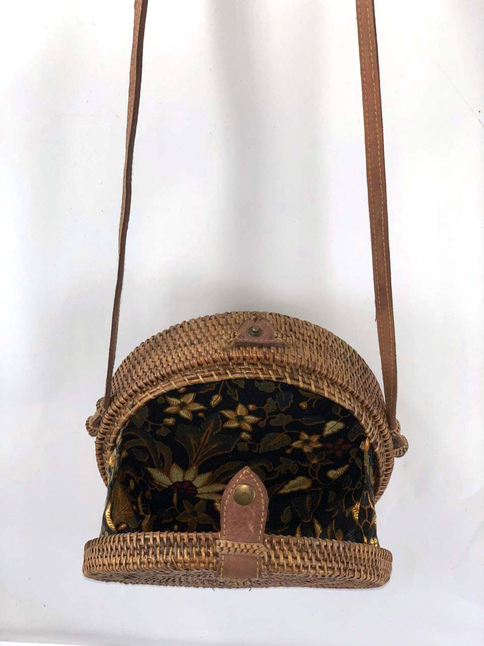 Bolsa Circular com Trançado Tradicional em Rattan e Interior em Tecido Escuro ( Alça 60cm - Bolsa 20cm )