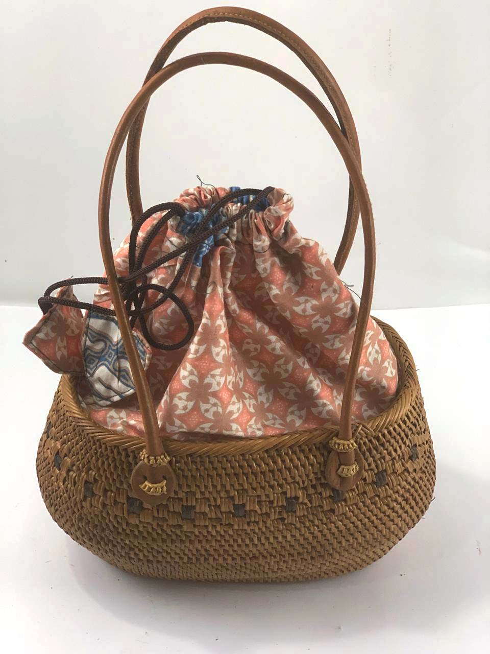 Bolsa Tradicional em Rattan com Interior em Tecido Batik Rosa ( Alça 20cm - Bolsa 25cm )