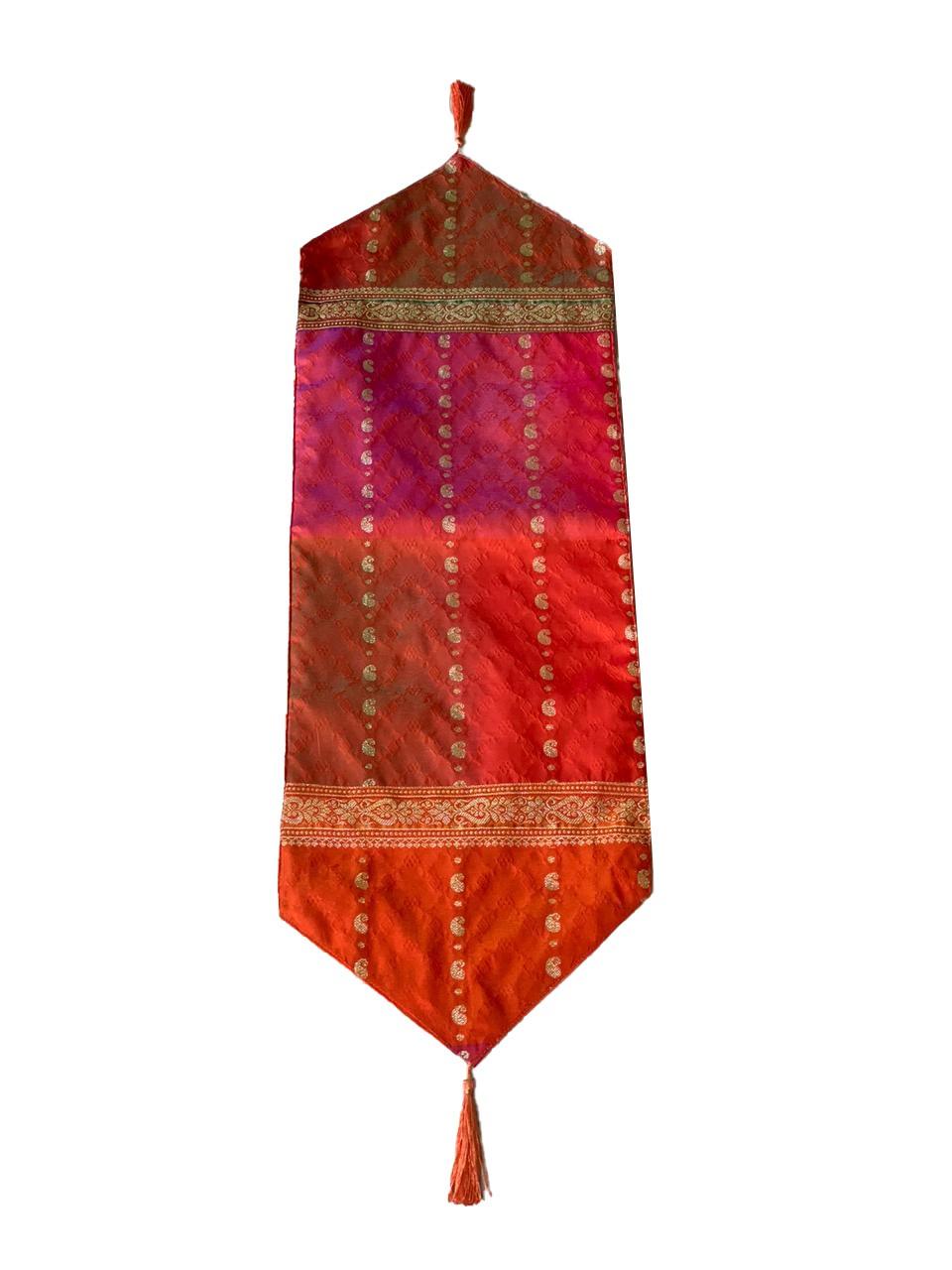 Caminho de Mesa em Cetim com Sari de Seda em Vermelho ou Laranja e Detalhes em Dourado ( 33x100cm )