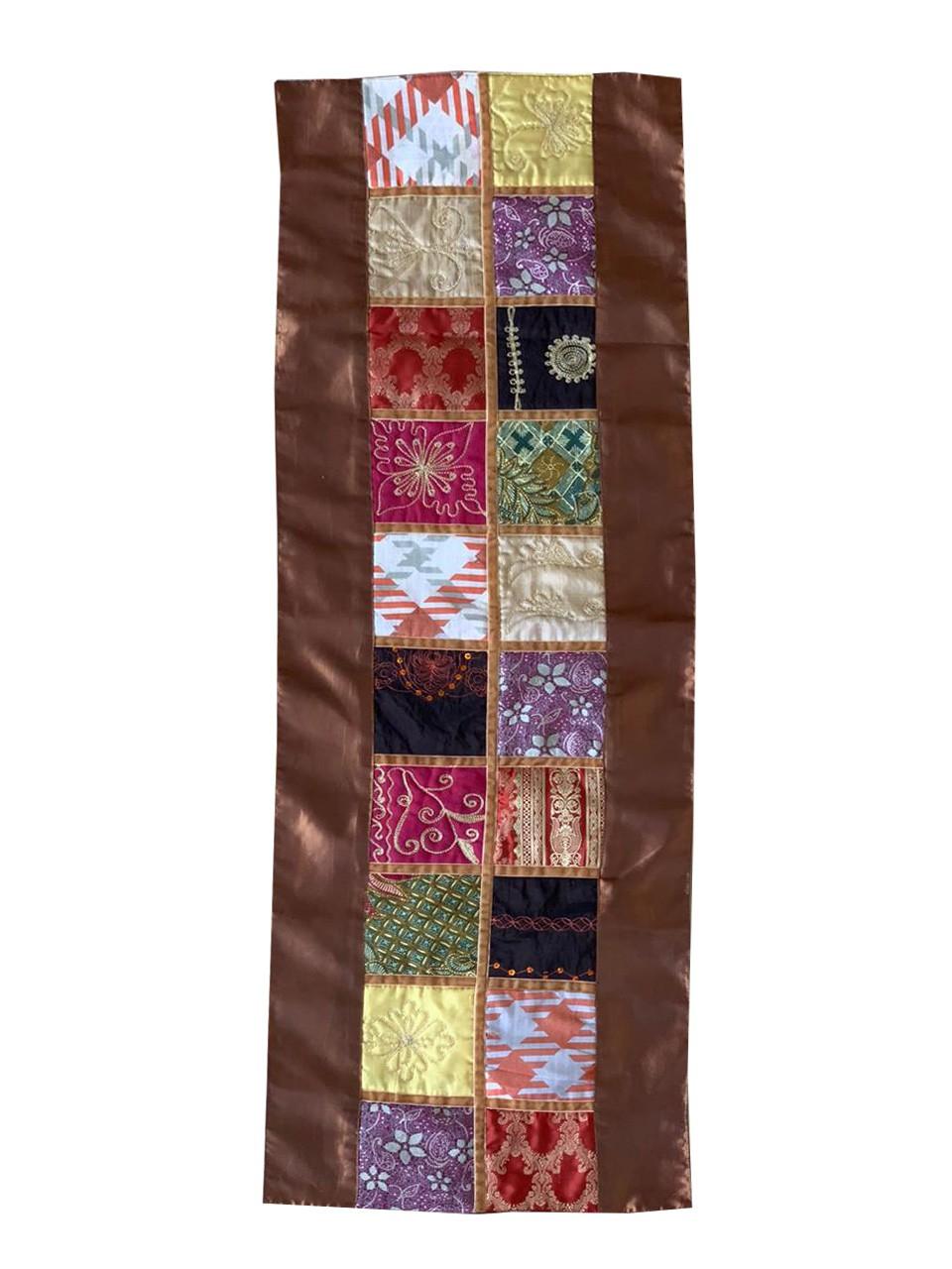 Caminho de Mesa em Cetim Marrom com Patchwork de Tecido de Sari de Seda