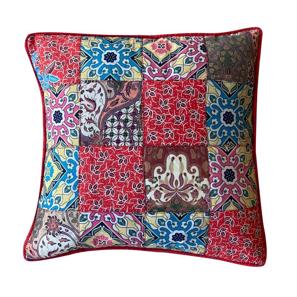 Capa Almofada em Algodão e Viscose com Patchwork em Estampa Batik Floral ( 40x40cm)