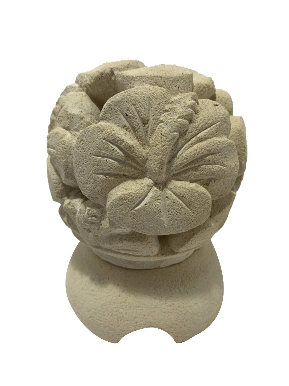 Castiçal em Pedra Areia com Escultura Flor de Hibisco ( 11x13cm )