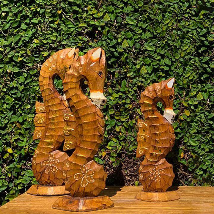 Escultura Cavalo-Marinho em Madeira Albesia em Tom Natural e Detalhes em Dourado [ 25/30/35cm]