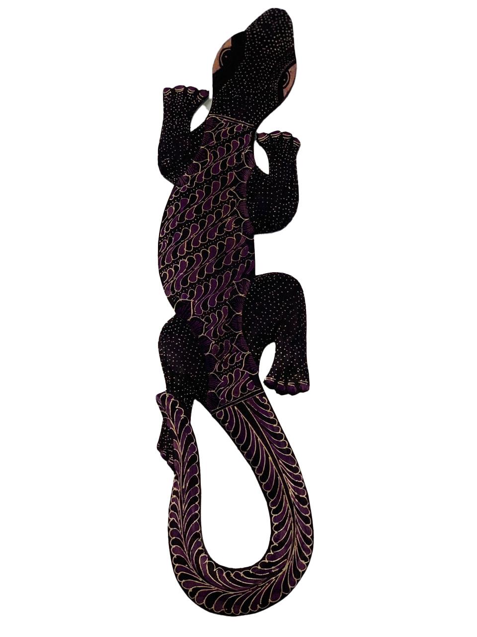 Escultura Lagarto Guecko em Madeira Albesia c/ Pintura Batik Lilás (50cm)