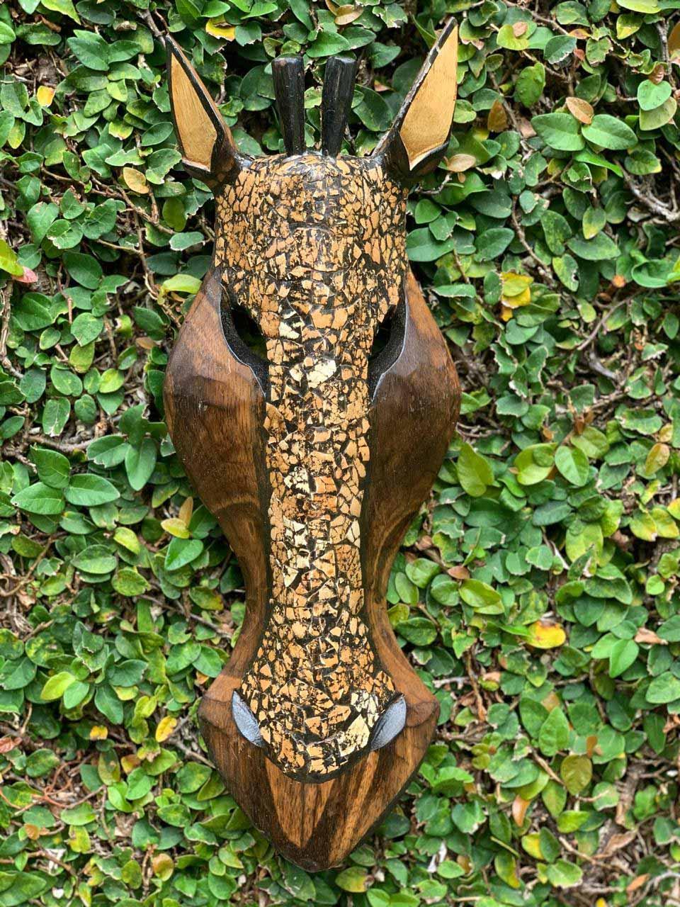 Máscara Girafa em Madeira Albésia - Pintura a fogo com Colagem Tradicional de Cascas de Ovo (30, 40 ou 50cm)