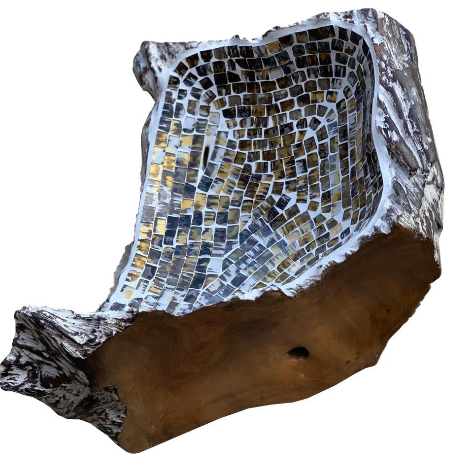 [PEÇA ÚNICA] Travessa em Raíz de Madeira teca com mosaico de vidro marrom, dourado e branco ( 36x36x15cm )