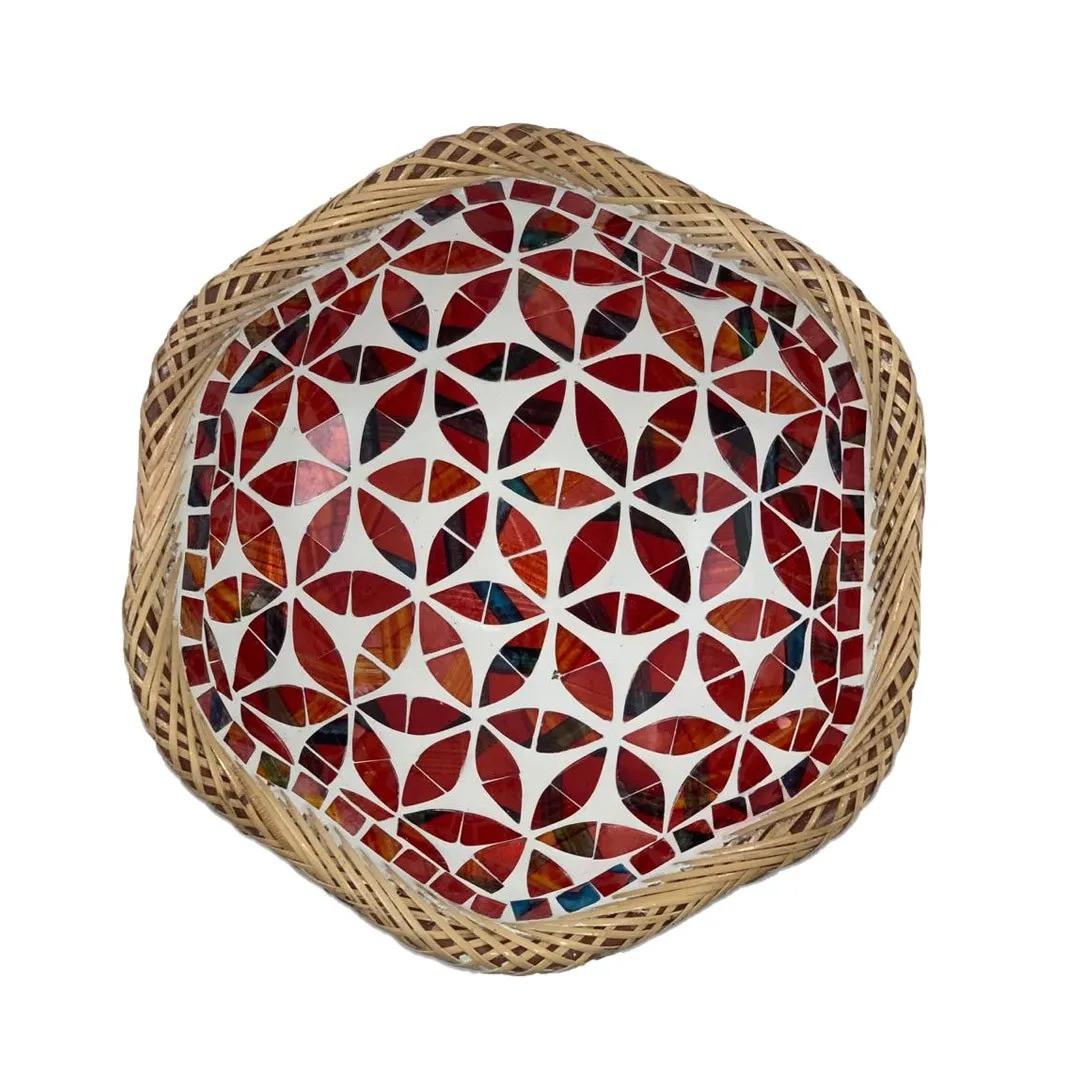 Prato Redondo com Mosaico Vermelho em Vidro e Bordas em Rattan ( 25 cm )