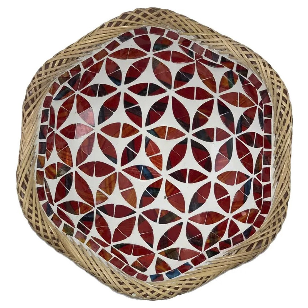 Prato Redondo com Mosaico Vermelho em Vidro e Bordas em Rattan ( 30 cm )