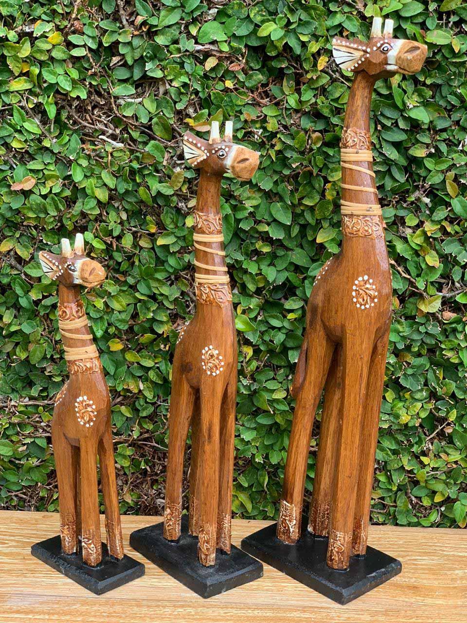 *PROMOÇÃO* Conjunto 03 Esculturas Girafas em Madeira Albésia com tonalização a Fogo em tom Natural Claro e detalhes Rattan (30/40/50cm)
