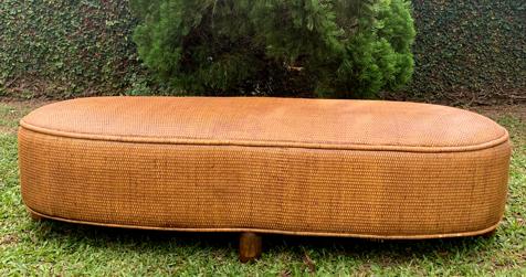 ( FRETE INCLUSO ) Puf em Rattan (ESCURO) com Pés em Madeira Teca ( 150x55x40cm )