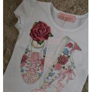 Blusa Pituchinhus branca com estampa de tênis e patches de flor