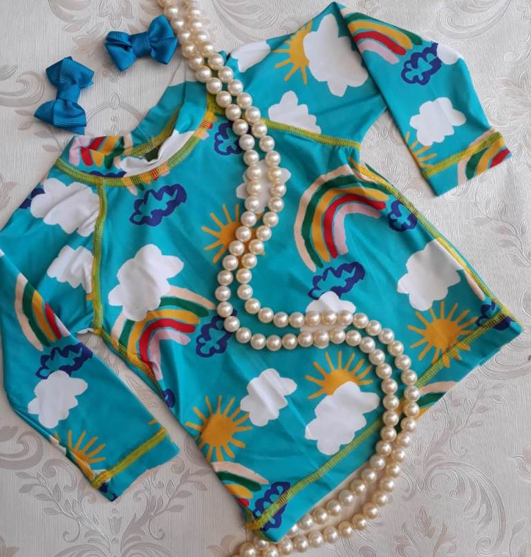 Bíquini Fábula modelo camiseta turquesa proteção UV