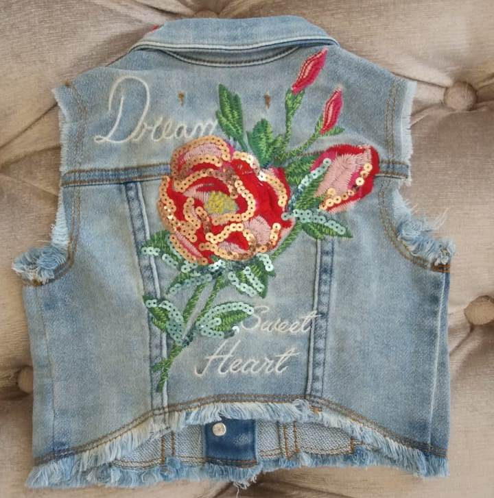 Colete Animê Jeans com bordados de flores