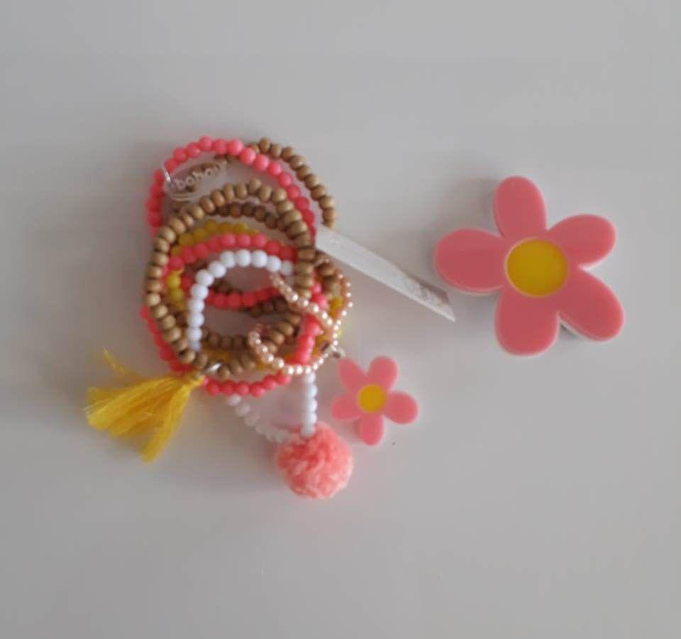 Kit pulseiras e presilha Boho Peace Love flor rosa claro e amarelo