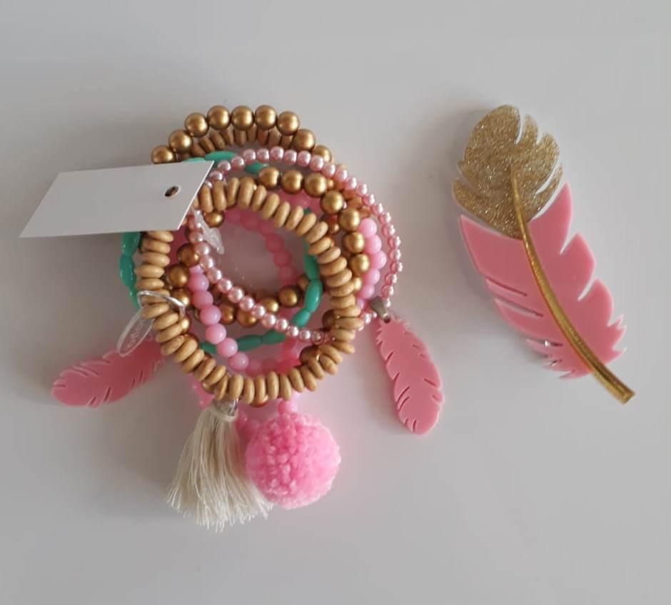 Kit pulseiras e presilha Boho Peace Love pena rosa e dourada