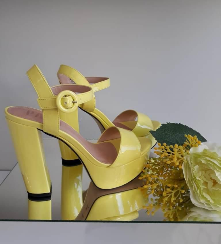 Sandália verniz amarelo PARÔ