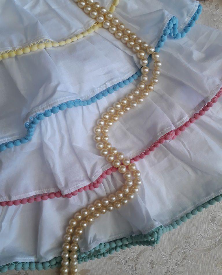Vestido branco com babado e pompons coloridos PRECOCE