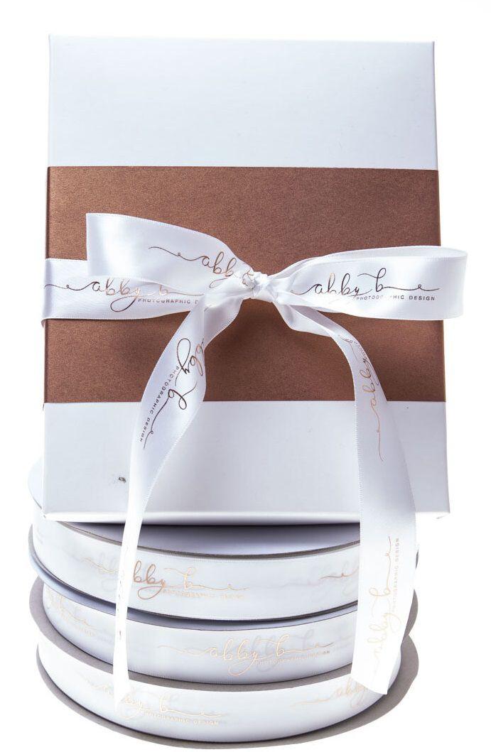 Fita de cetim personalizada 25mm  - Impressão Foil Metalizado ou serigrafia 1 cor - Preço por metro - Linha cristal  4528  - Litex Embalagens