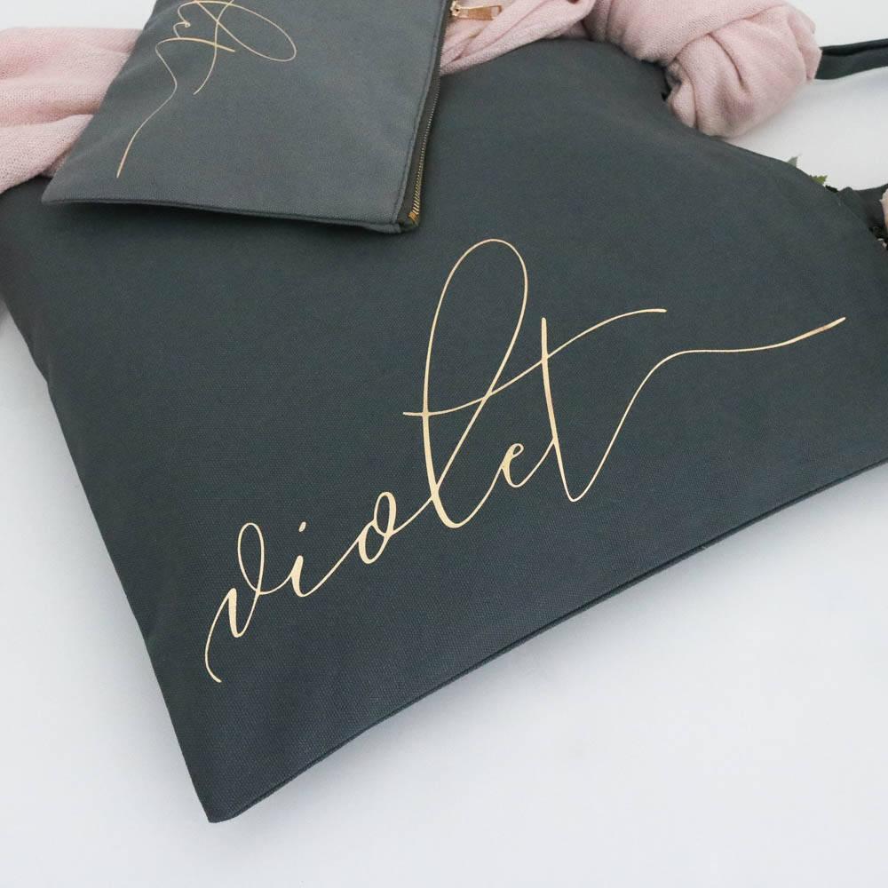 Kit Sacola 35 X 40 e Necessaire de Lonita 12 X 21 - Impressão Hot-Stamping Italiano - ziper metal - cursor niquel dourado -  Linha Gift  7266  - Litex Embalagens