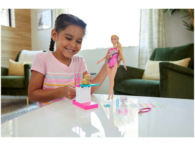 Boneca Barbie Malibu Nadadora com Trampolim GHK23 - MATTEL