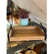 Bandeja de madeira com alças de Ferro