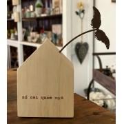 Mini casinha de madeira com aplique em ferro