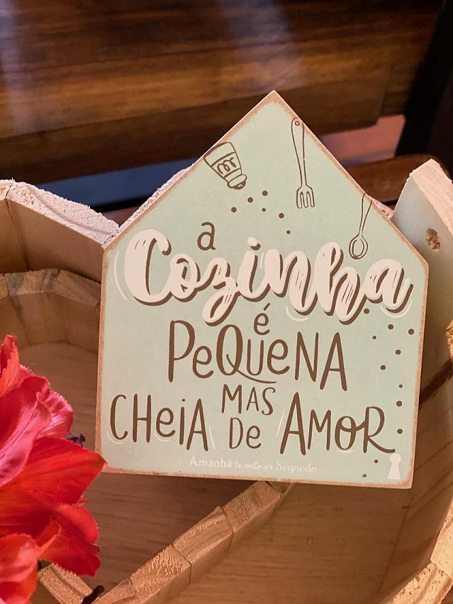 """Enfeite Box Casinha em Madeira mdf - """"A cozinha é pequena mas cheia de amor"""""""