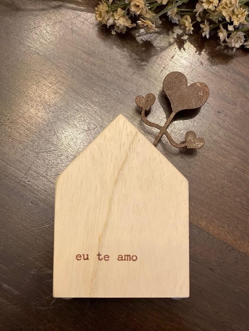 """Mini casinha de madeira com aplique em ferro """"Eu te amo"""""""