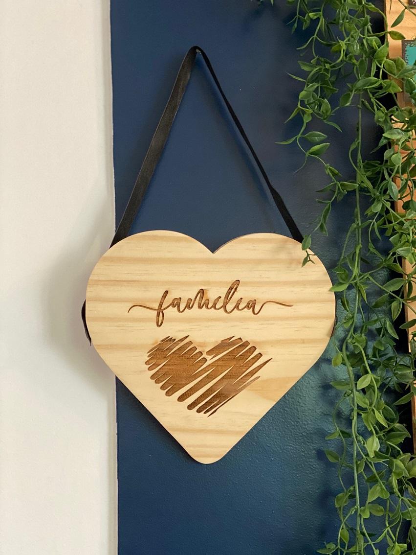 Quadro de Madeira com alça para pendurar - Coração Família