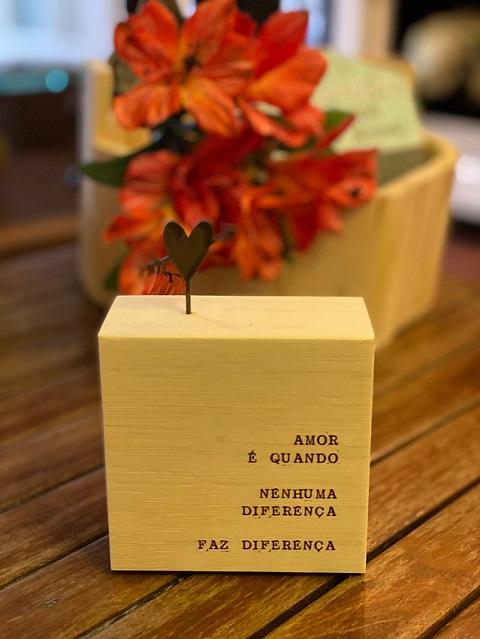 """Quadro Mini bloco em madeira """"Amor é quando..."""""""