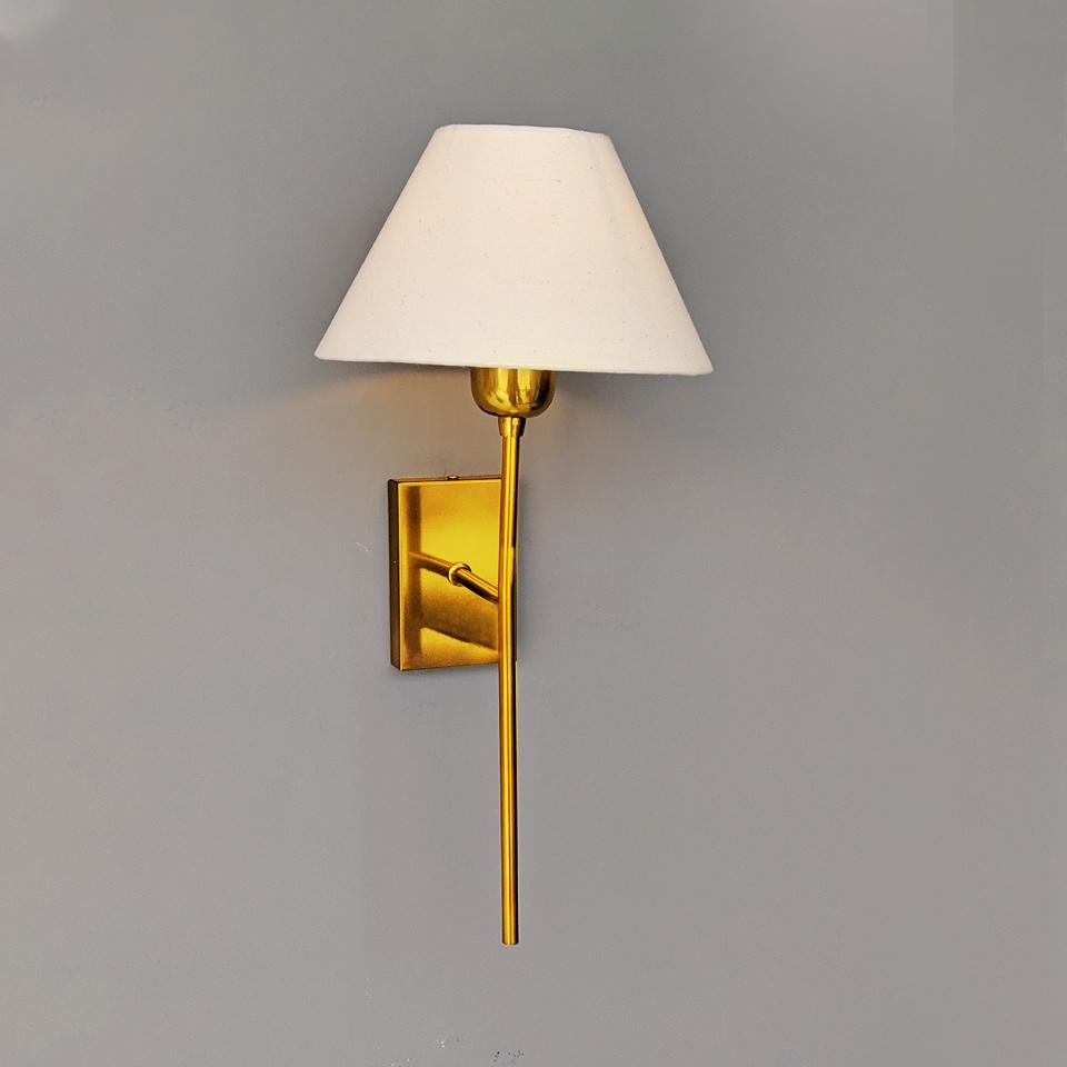 Arandela Tocha em alumínio verniz dourado cúpula em tecido