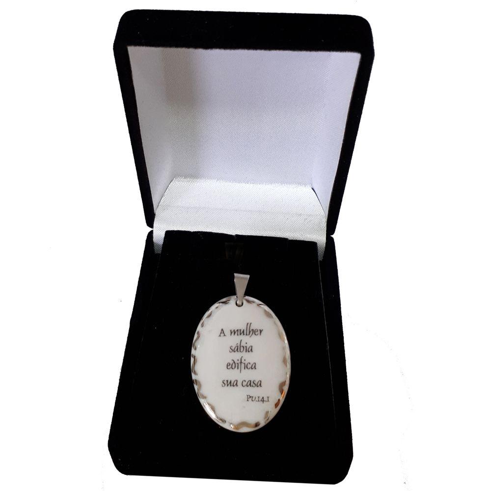 Pingente Medalha versículo borda ouro branco A mulher sábia edifica sua casa