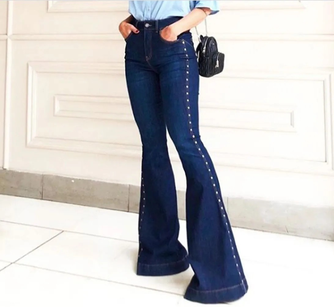 CALÇA JEANS FLARE TACHAS LATERAL