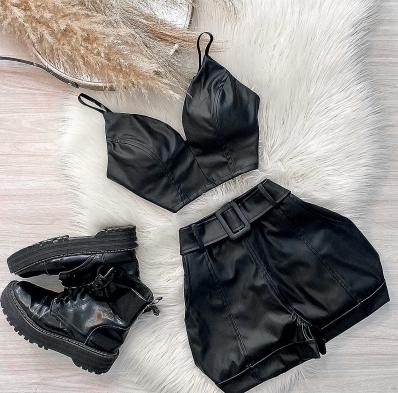 Shorts Feminino de Couro Eco com Cinto