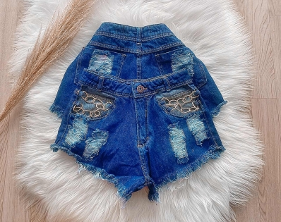 Shorts Jeans Feminino Destroyed com Correntes