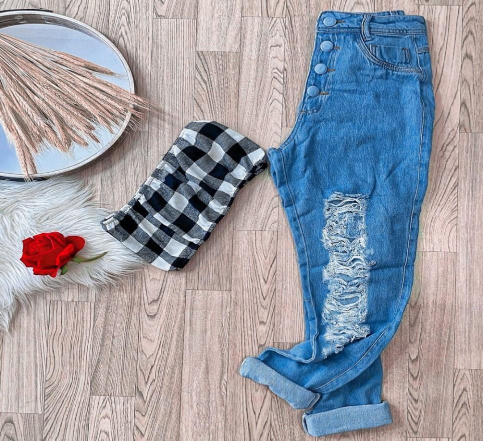 Calça Jeans Feminina Mom com Botão Encapado